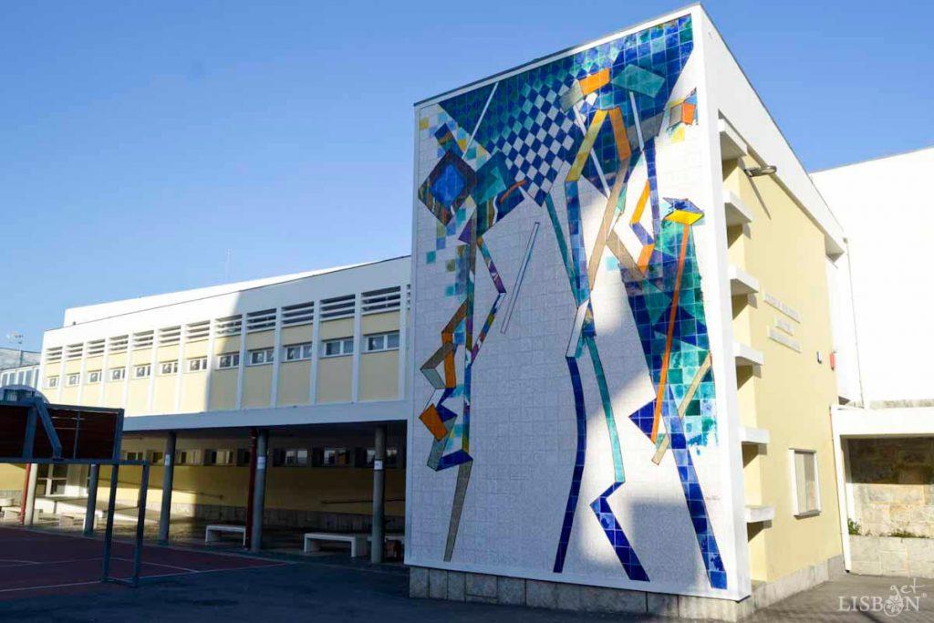 Painel de 2006, Escola Básica Mestre Querubim Lapa, localizada na zona Norte de Lisboa.