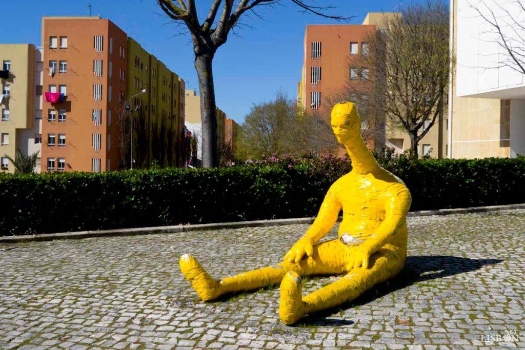 Instalação escultural de Robert Panda. Esta peça que se encontra no local foi uma segunda intervenção do artista após a primeira ter sido vandalizada. Apresenta-se actualmente de amarelo, em vez de dourado, e foi adoptada pela população como a mascote do bairro, tendo sido baptizada de Nelson.