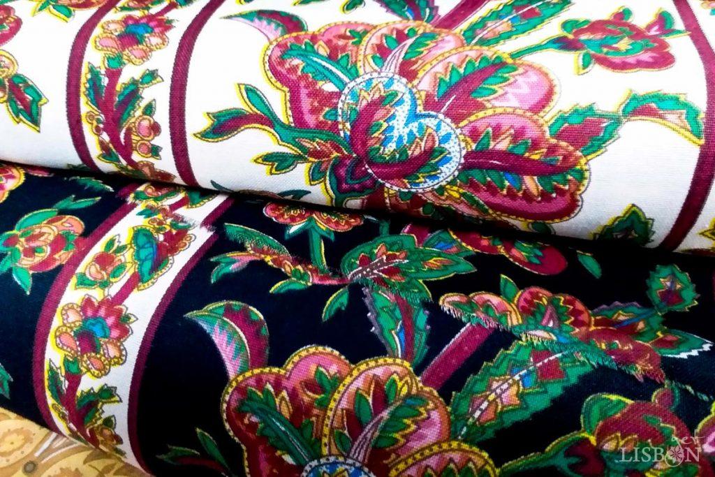 Chitas de Alcobaça - padrão SHANGRI-LA. Uma das características das chitas de Alcobaça, que acontece com quase todos os padrões, é a persistência das cores dos desenhos, variando apenas a cor da barra.