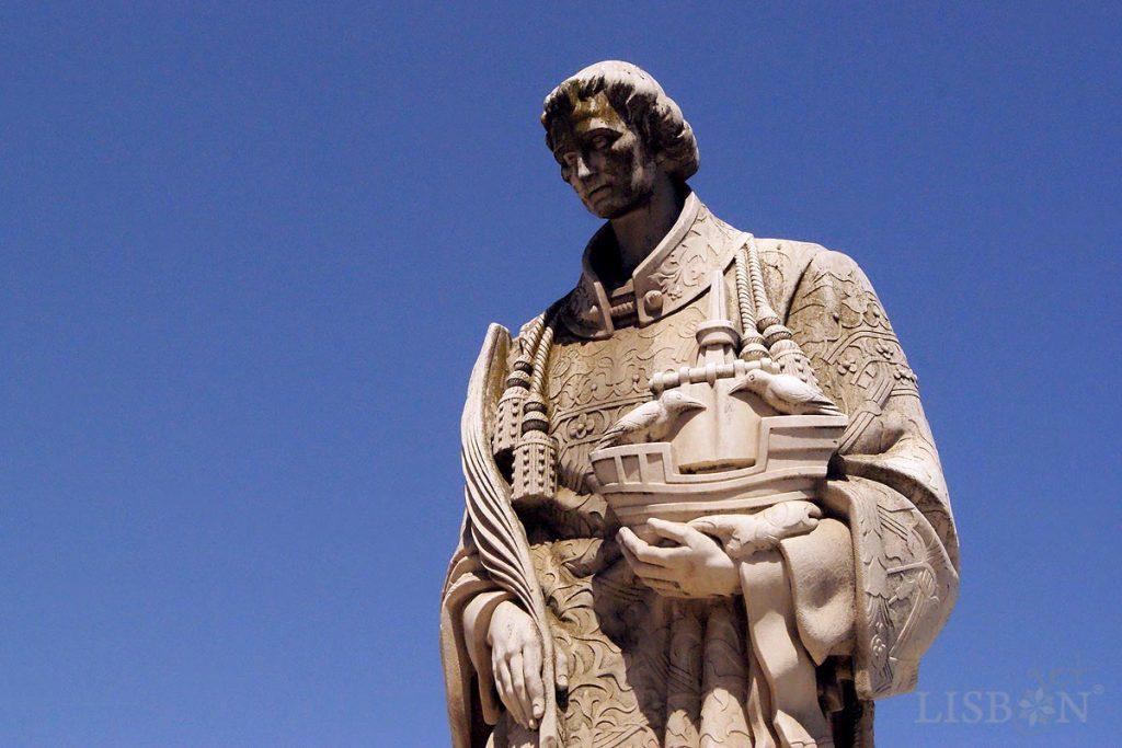 Estátua de São Vicente, no Miradouro das Portas do Sol.  Idealizada em 1949 pelo escultor Raul Xavier (1894-1964); realizada pelo seu filho, arq. Luís Xavier, entre 65 e 67 e inaugurada em 1970.
