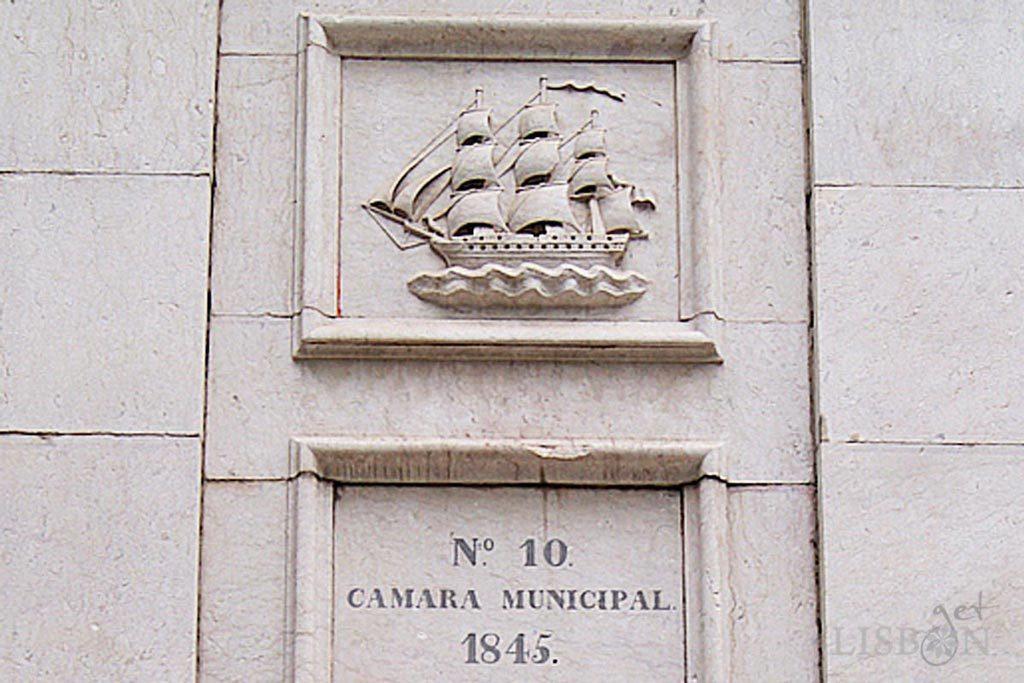 Representation of a training ship in the drinking fountain of Armada Square in Alcântara