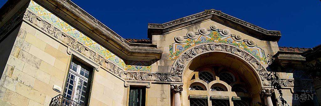 Palacete Valmor nº 36/38 da Av. da República. Aqui podemos apreciar a genialidade com que o artista adaptou o desenho e a aplicação do azulejo ao arco de volta perfeita que remata o edifício.