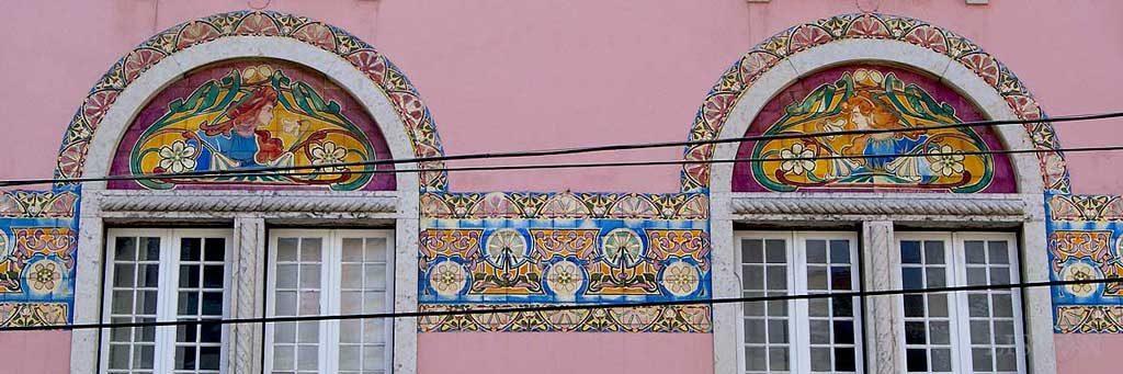Azulejos da moradia na Rua da Junqueira, um dos trabalhos de J. Pinto onde a estética do movimento Arte Nova é mais evidente.