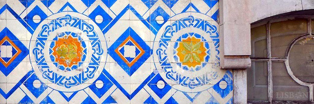 Azulejos na moradia do Colégio Roussel de 1905, nº 13 da Av. da República, onde padrões geométricos se encontram em grande harmonia com as linhas neo-românicas do arquitecto Augusto Machado