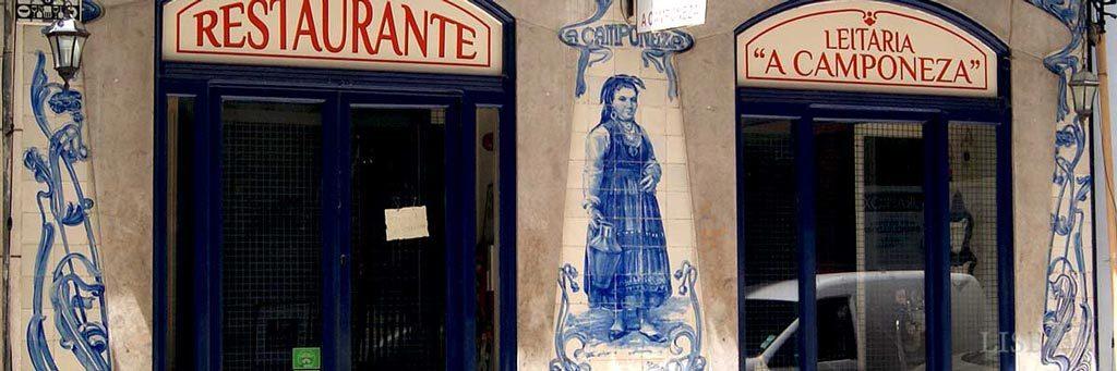 """Revestimento exterior azul e branco da leitaria """"A Camponeza"""" na Rua dos Sapateiros"""