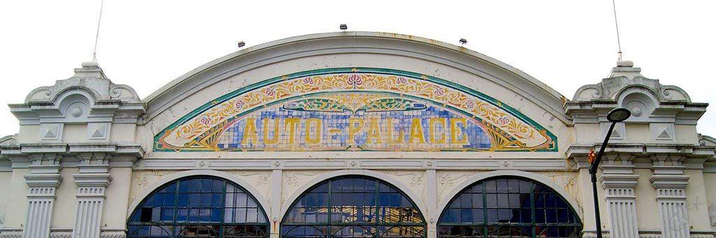Azulejos arte nova de J. Pinto, de carácter publicitário, no grande remate da Garagem Auto Palace na Rua Alexandre Herculano
