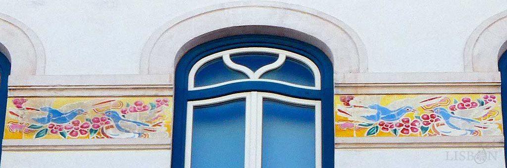 Friso de azulejos com pássaros do pintor J. Pinto, no nº2 da Av. Almirante Reis, Lisboa