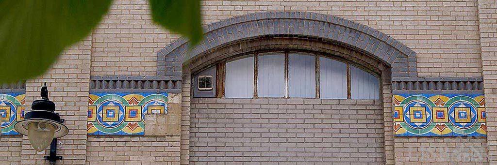 Azulejos na antiga fábrica de massas A Napolitana na Rua da Cozinha Económica em Alcântara, onde os frisos com padrões de formas geométricas e cores contrastantes nos reportam para a linha estética do Jugendstil germânico e austríaco.