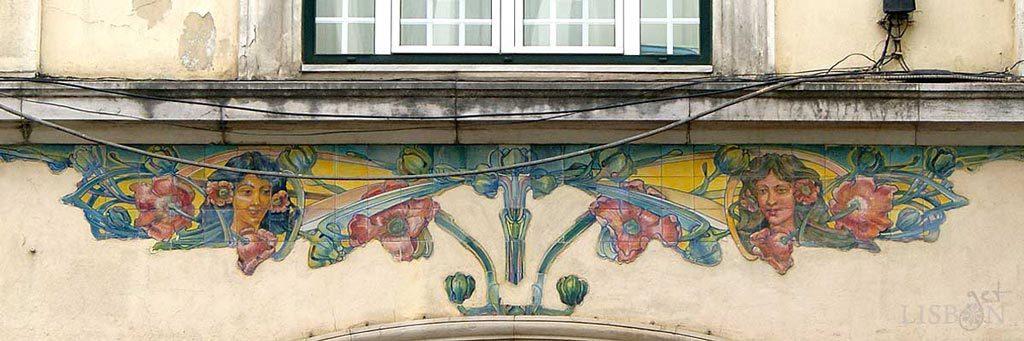 Azulejos recortados no edifício da Livraria e Papelaria A Concorrente em Campo de Ourique, um dos trabalhos de J. Pinto onde a estética do movimento Arte Nova é mais evidente.