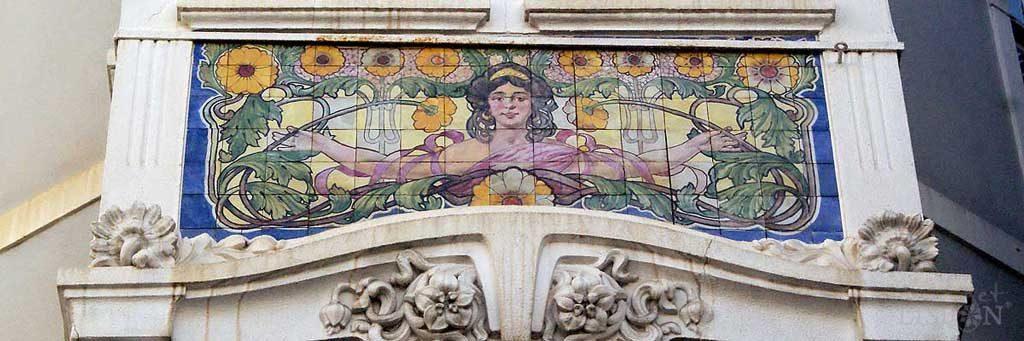 Painel de azulejos no edifício da Pastelaria Tentadora em Campo de Ourique, um dos trabalhos de J. Pinto onde a estética do movimento Arte Nova é mais evidente.