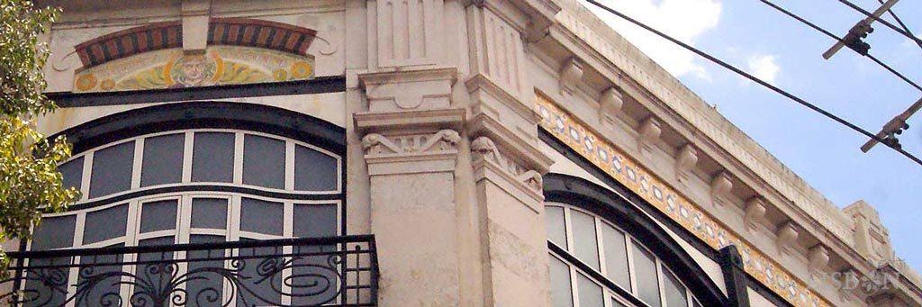 Antigos armazéns Casa do Povo d'Alcântara no Largo de Alcântara onde o friso de formas geométricas se encontra conjugado com um magnífico painel figurativo onde se observa um rosto feminino rodeado de flores.