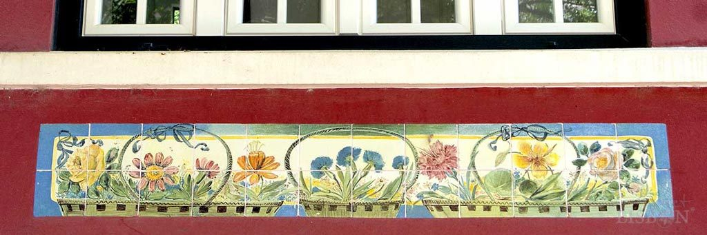 Friso de azulejos arte nova de J. Pinto na moradia da Rua de Santa Catarina