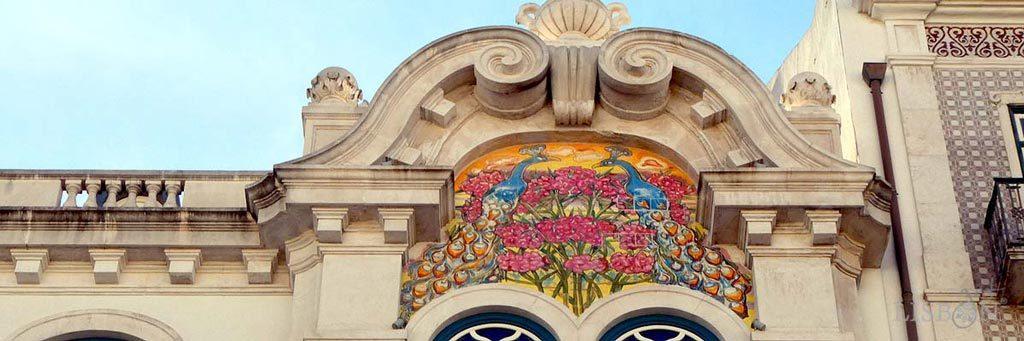 Painel de azulejos com pavões no nº2 da Av. Almirante Reis onde o pintor opta por uma composição mais naturalista.