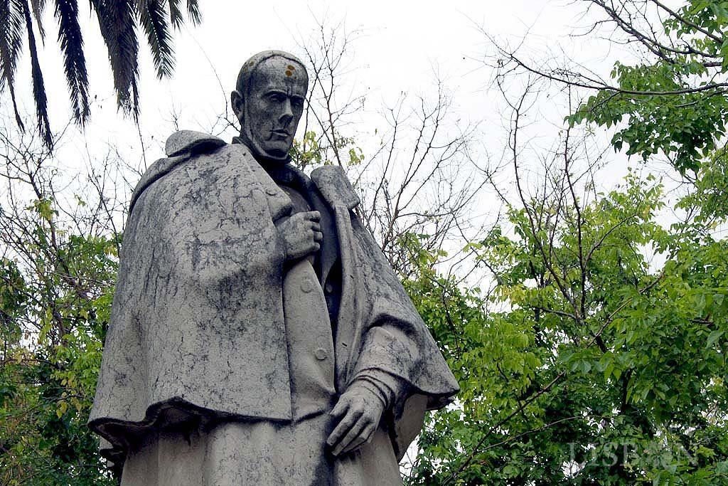 A estátua de vulto de Alexandre Herculano encontra-se no cruzamento da Av. da Liberdade com a Rua Alexandre Herculano