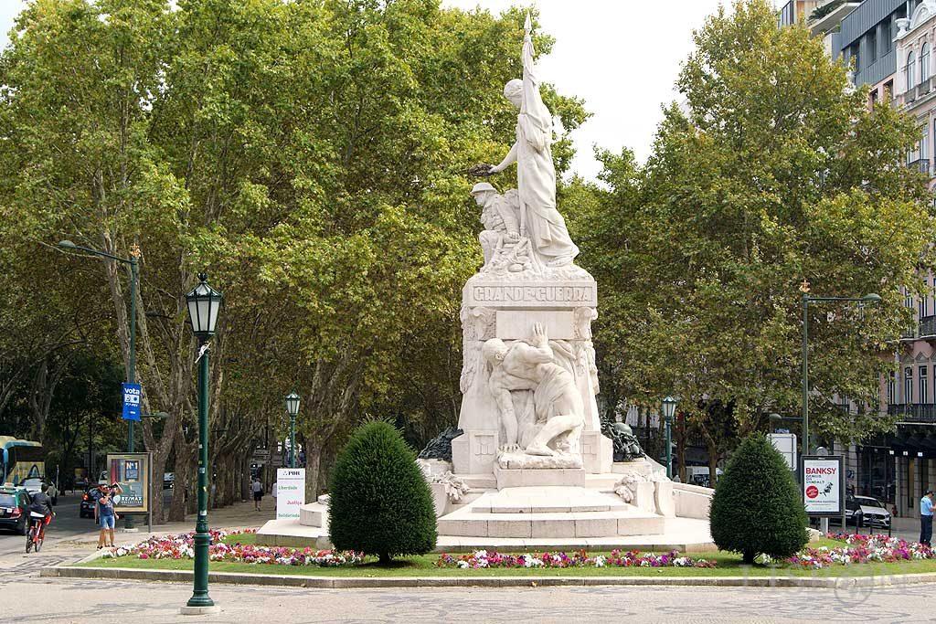 Em frente à Rua do Salitre, observa-se um espaço mais amplo em cujo centro se encontra implantado o monumento de homenagem aos Mortos da Primeira Grande Guerra Mundial 1914-1918