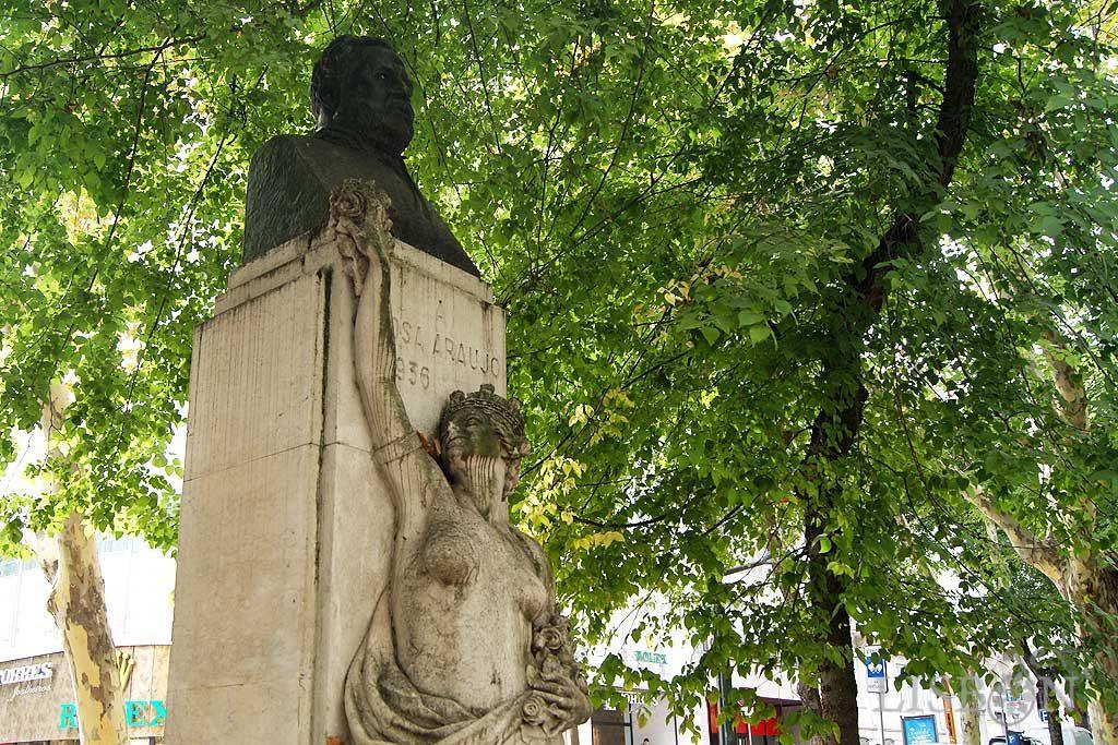 Conjunto escultórico de homenagem a Rosa Araújo, presidente da Câmara Municipal de Lisboa, responsável pela abertura e nome da Avenida da Liberdade