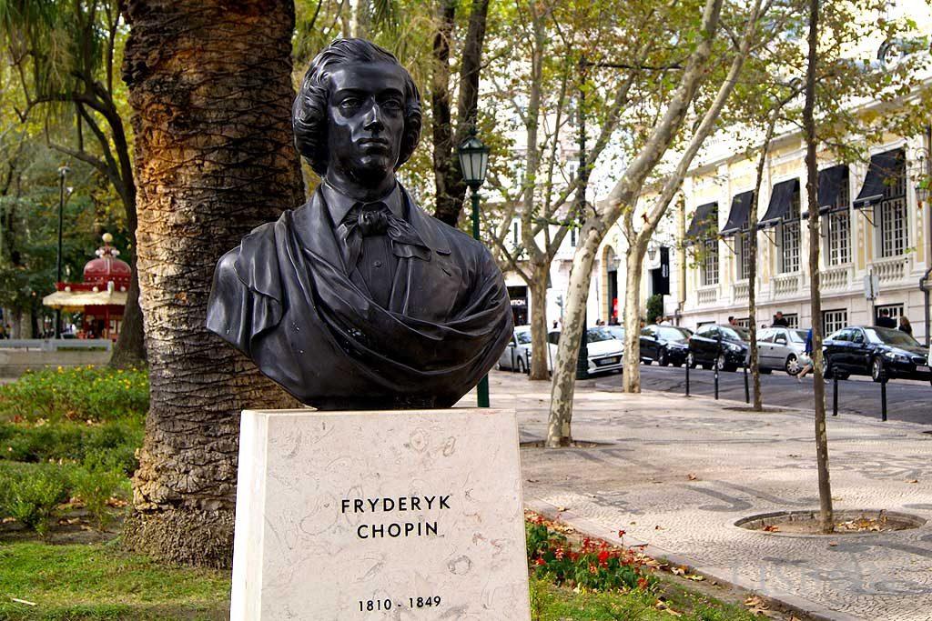 Escultura da Av. da Liberdade - Nascente:Busto de Chopin em bronze que reproduz a obra em mármore de 1872, do escultor polaco Bolesław Syrewicz