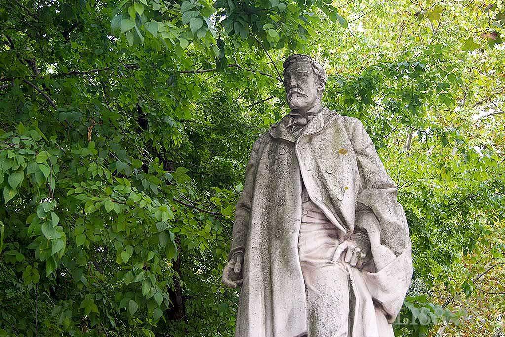 Estátua de vulto de Oliveira Martins figura incontornável da historiografia portuguesa