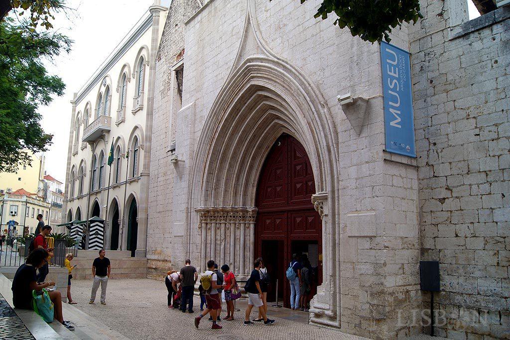 Fachada, recentemente restaurada, do antigo Convento do Carmo onde está instalado o Museu Arqueológico do Carmo