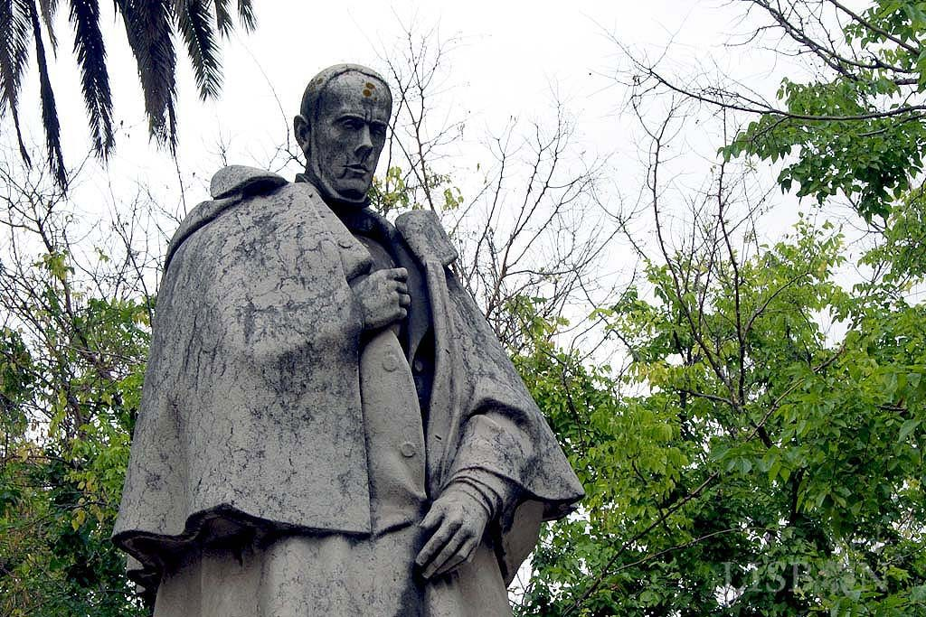 The Sculptures of Liberdade Avenue - West: When crossing Rua Alexandre Herculano we find the first figure statue, which represents the illustrious liberal, writer, historian and journalist of the Romantic era Alexandre Herculano (1810-1877).