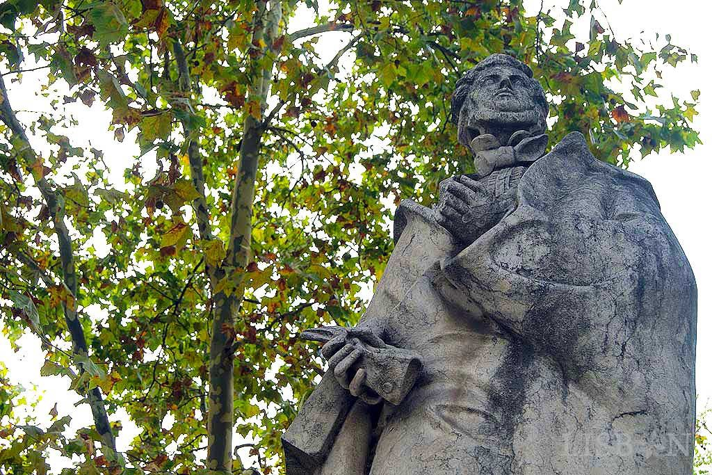 The figure sculpture of Almeida Garrett is located in the crossing of the Liberdade Avenue with Rua Alexandre Herculano