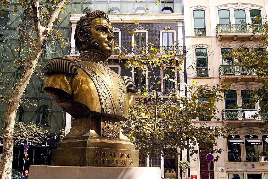 Bronze bust of General Bernardo O'Higgins (1748-1842), one of the main responsible for the liberation movement in Chile. It´s located in front of nº138 of this artery and it's an offer from the Republic of Chile to the city of Lisbon.