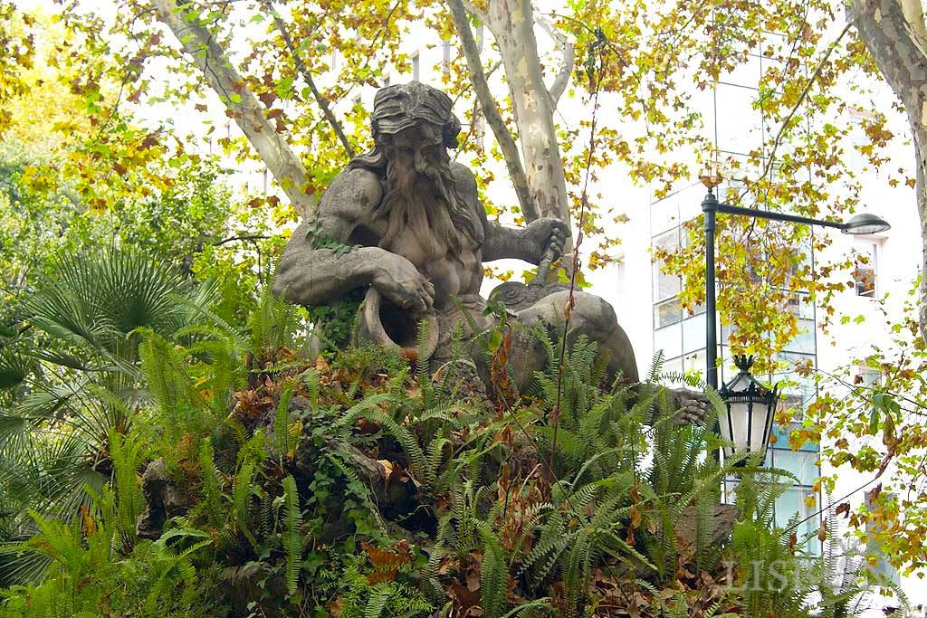 The Sculptures of Liberdade Avenue - East: A serpentine pond with a waterfall, representing the Tagus River.