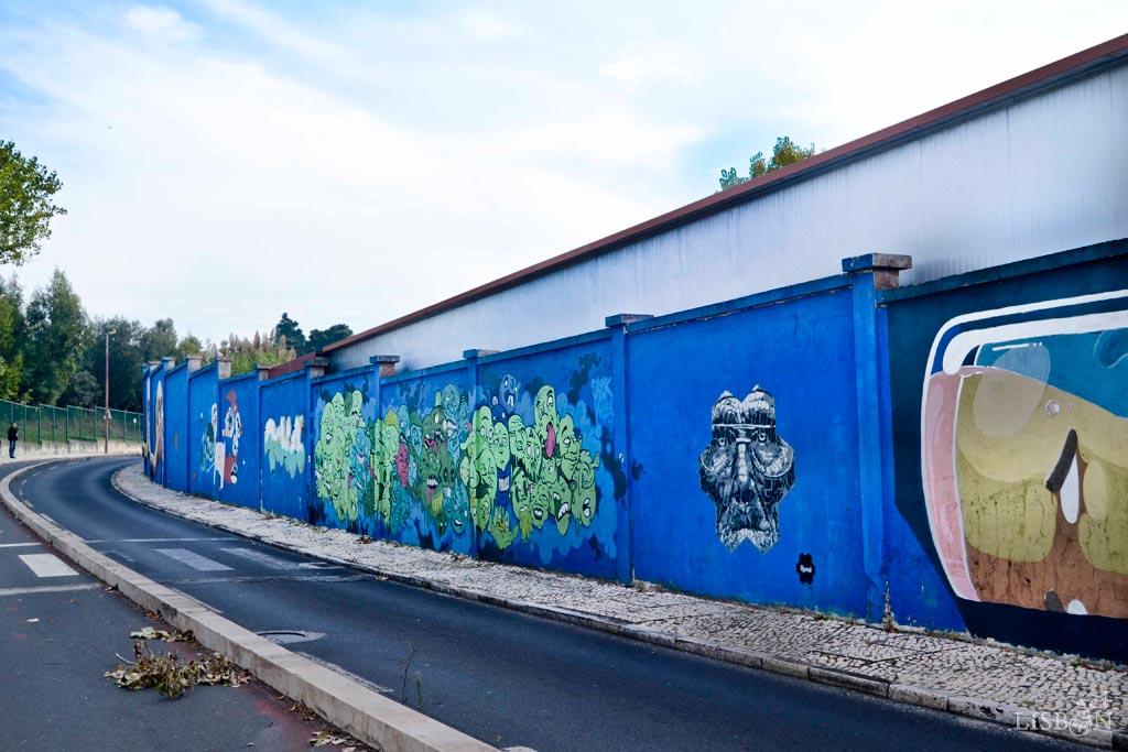 A arte urbana Rostos do Muro Azul é um peculiar projecto de obras artísticas com um único tema, executado sobre tela azul celeste e espalhado ao longo de 1 Km de extensão.