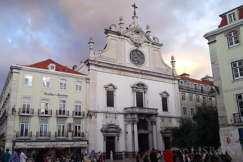 As colunas que o terramoto deslocou da Igreja de S. Domingos são provenientes da colapsada capela real do Paço da Ribeira.