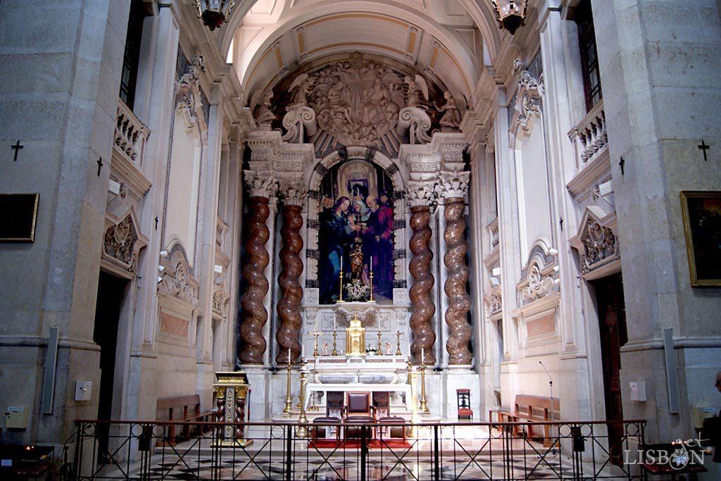 As colunas salomónicas de brecha que ladeiam o altar-mor da Igreja de São José da Anunciada são provenientes da demolição da igreja do colégio de Santo Antão-o-Novo.