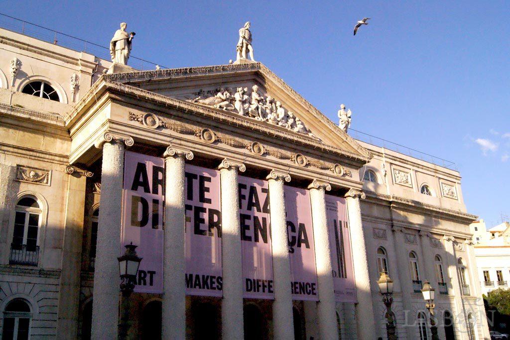 As monumentais colunas jónicas que hoje fazem parte do nártex do Teatro Nacional D. Maria II são provenientes do Convento de São Francisco da Cidade