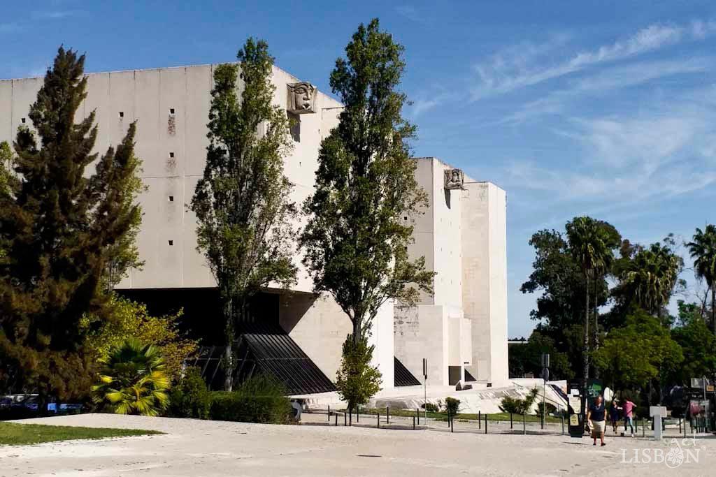 A Torre do Tombo, inaugurada em 1990, situada na Cidade Universitária dispõe de uma área de cerca de 55 000 m2, distribuídos por sete pisos.