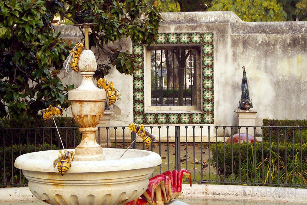 Jardim Bordalo Pinheiro: pelo jardim estão espalhadas representações de animais de grandes dimensões