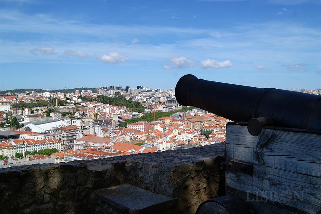 Castelo de São Jorge: a mais alta das míticas sete colinas de Lisboa é coroada pelo Castelo de São Jorge, classificado como monumento nacional em 1910.