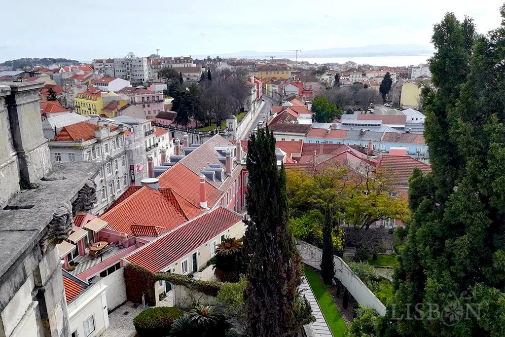 O Aqueduto das Águas Livres mandado edificar pelo rei D. João V é uma das mais monumentais edificações da cidade de Lisboa, classificada também em 1910 como monumento nacional.
