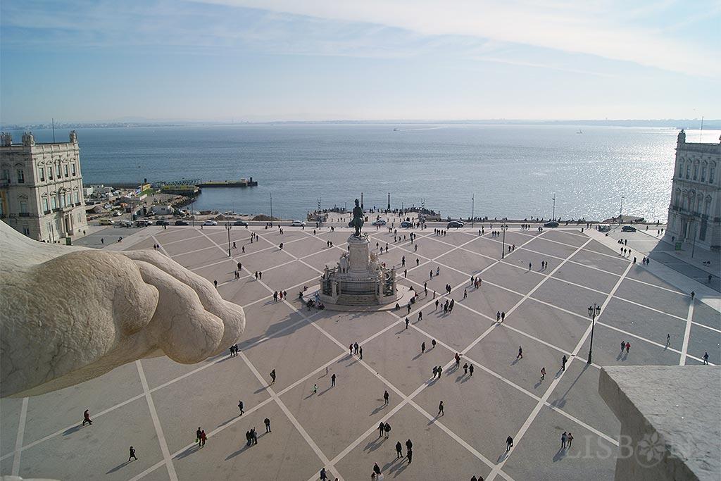 Situado numa das mais belas praças do mundo, o Arco do Triunfo da Praça do Comércio é, desde 2013, um dos incontornáveis miradouros de Lisboa que atrai nacionais e estrangeiros.