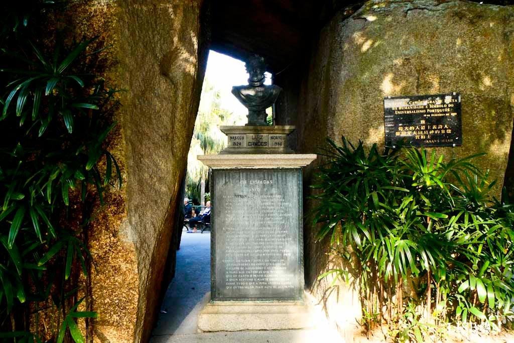Um dos 7 sinais de Lisboa em Macau: monumento a Luís de Camões, Jardim Luís de Camões, Macau. O busto em bronze de 1861, é da autoria de Manuel Maria Bordalo Pinheiro (1815-1880).