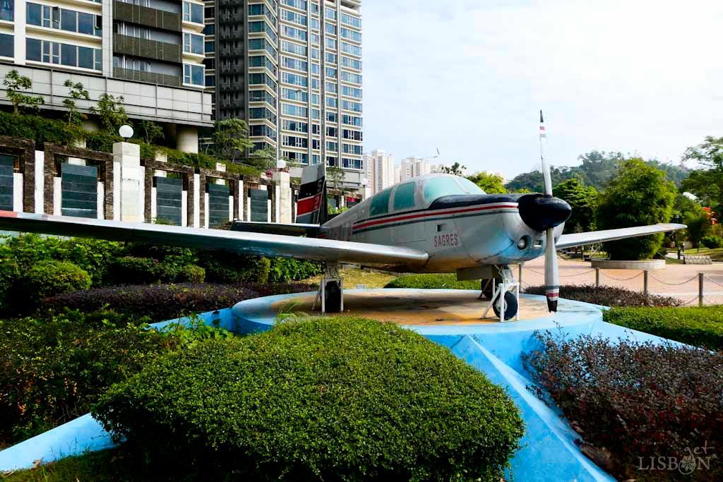 """Aeronave """"Sagres"""". Em 1987, com o intuito de comemorar o Raid Lisboa-Macau 1924 e com o patrocínio da Sociedade Central de Cervejas e Bebidas, realizou-se o raid aéreo desta vez Sagres-Macau."""