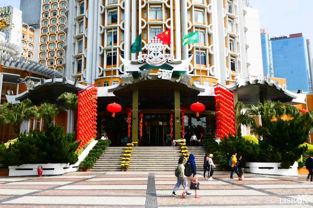 Hotel Lisboa, Macau. Para além da designação deste hotel evocar Lisboa, na sua imagem de marca podemos observar a presença do próprio símbolo da cidade de Lisboa, a barca com dois corvos afrontados do mártir ibérico Vicente.