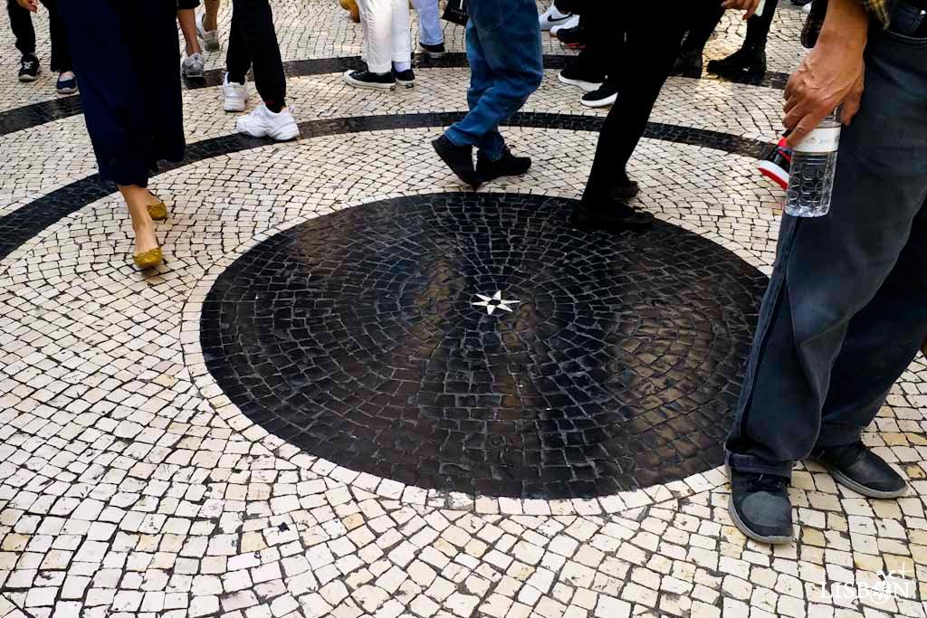 imagem pode ser observada a pequena estrela, desenho que entre outros curiosos segredos da calçada portuguesa, muitas vezes é interpretado como assinatura dos calceteiros. Aqui qual terá sido a sua motivação?