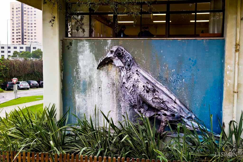 Obra de Bordalo II: White Dove, Universidade Católica Portuguesa, Lisboa
