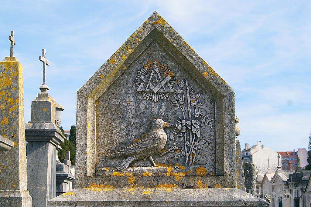 A alegoria ao Caso das Trinas  na parte superior do túmulo.