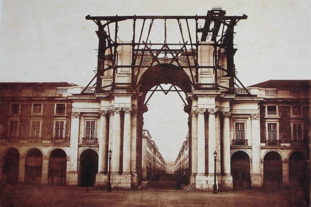 Em 1815 as colunas de suporte foram edificadas, mas só em 1873 foi inaugurado o monumento da autoria de Veríssimo José da Costa.