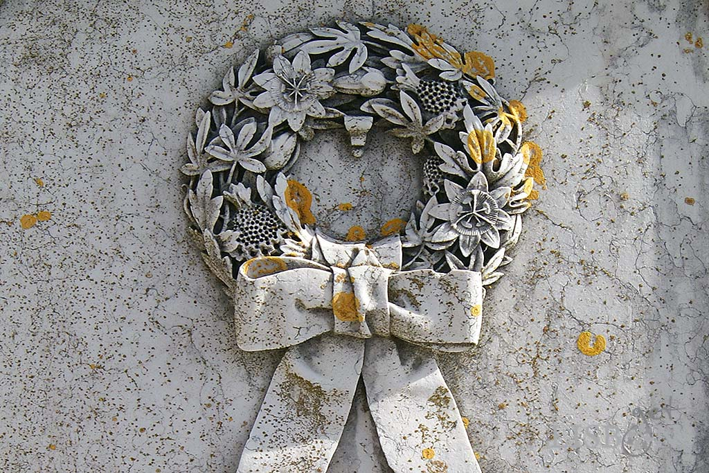 A simbólica coroa de flores na parte inferior do túmulo