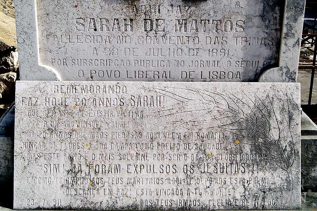 Inscrições presentes no túmulo de Sarah Mattos