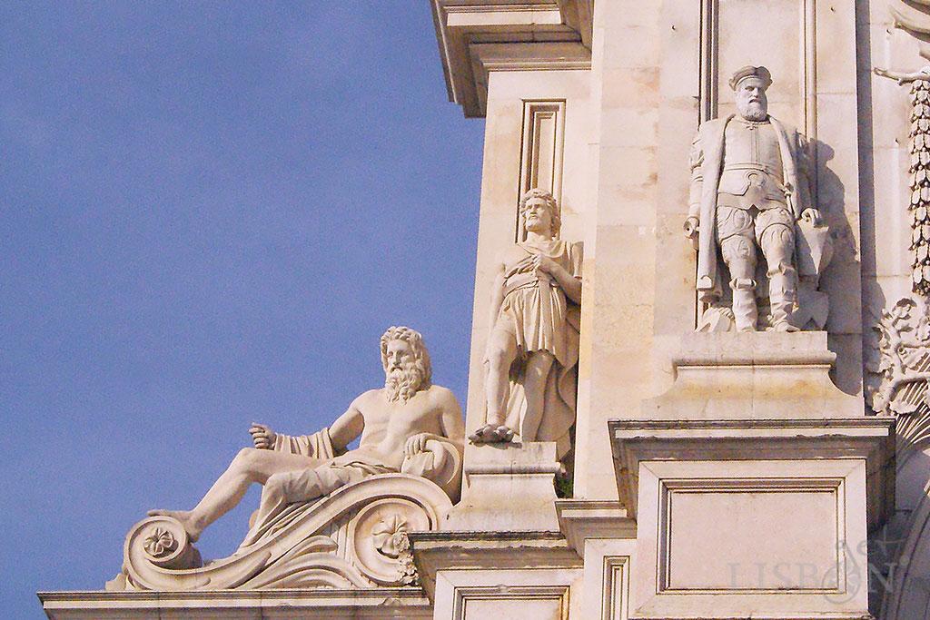 Do lado Poente observa-se uma colossal alegoria do rio Tejo, e duas estátuas que representam figuras proeminentes da história de Portugal, Viriato e Vasco da Gama