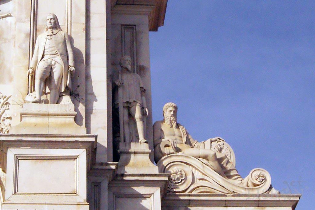 Do lado Nascente observa-se uma colossal alegoria do rio Douro, e duas estátuas que representam figuras proeminentes da história de Portugal, Marquês de Pombal  e Nuno Álvares Pereira.