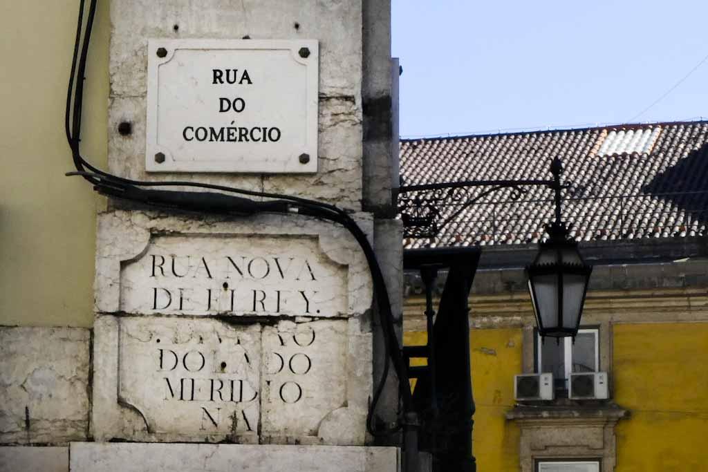 Placa toponímica da Rua do Comércio: com a implantação da República, várias ruas da baixa pombalina com nomes ligados à monarquia foram substituídos, como é exemplo a Rua Nova D'El Rei que passou a designar-se Rua do Comércio.