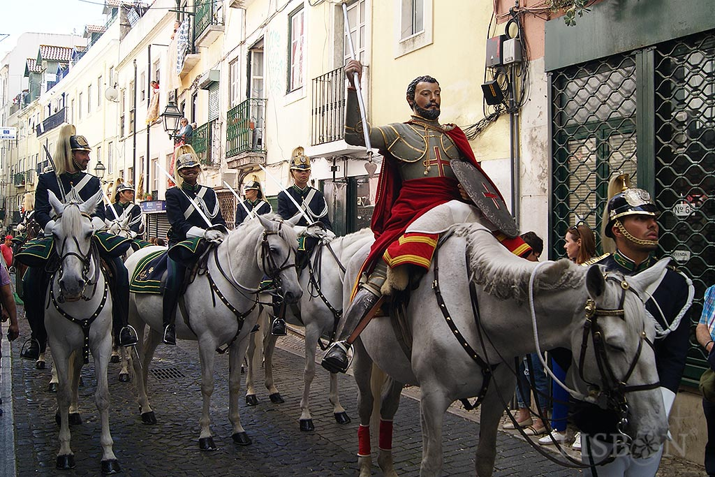 Image of Saint George, patron saint of the soldiers and the knights.  A particularly curious image is the life-sized image of Saint George that leads the procession mounted on a royal horse, together with the National Republican Guard.