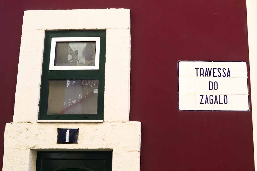 As placas de azulejos brancos, com filete e letras azuis, foram largamente aplicadas a partir dos anos 30, em várias áreas, como: Campo de Ourique, Bairro Alto e Bica.